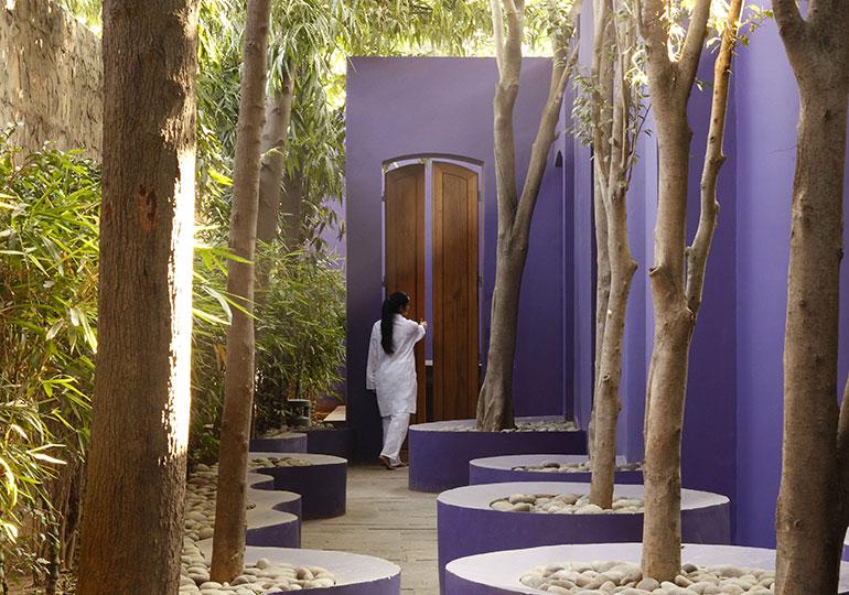 Click to enlarge image olivier-claire-la-marque-a-suivre-spa-in-corridor.jpg